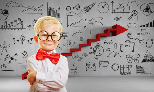 Kluges Kind vor einer Wand mit Innovation Konzept und Symbolen