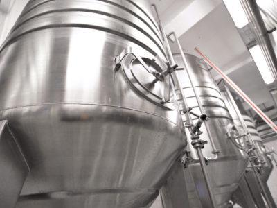 Edelstahlkessel in einer Industrieanlage // industrial storage